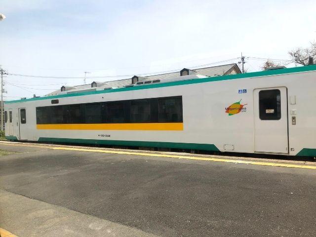 岩出山駅で普通列車と行き違い