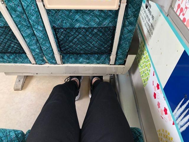 東北の祭りラッピング車両の座席の足元