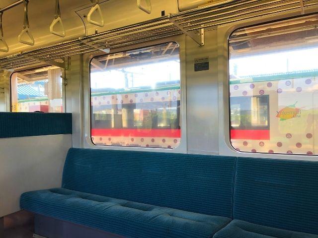 余目駅で普通列車と行き違い