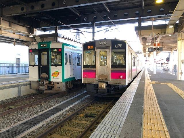 新庄駅に停車中の陸羽西線と奥羽本線