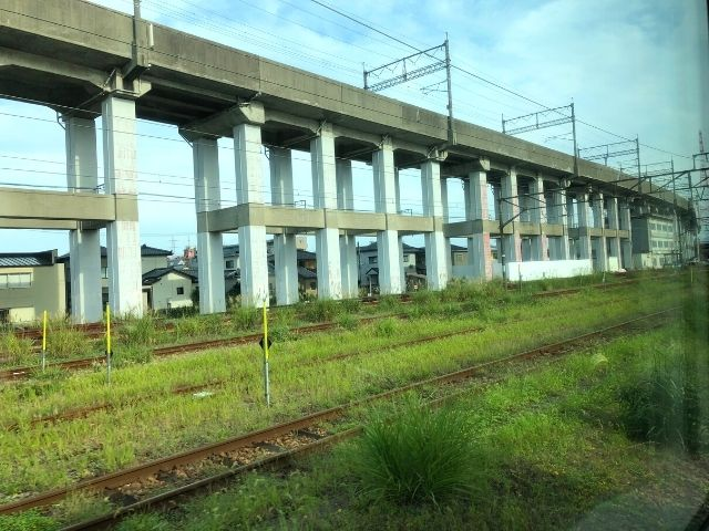 新潟駅を出発した特急いなほの車窓