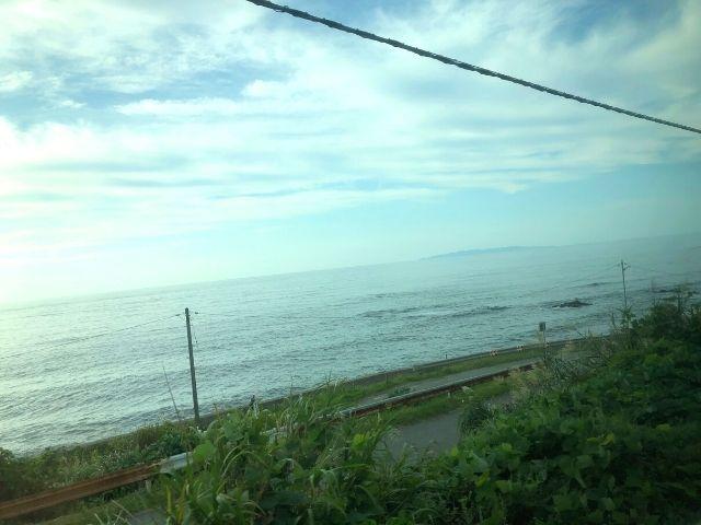 特急いなほグリーン車の車窓から見える日本海