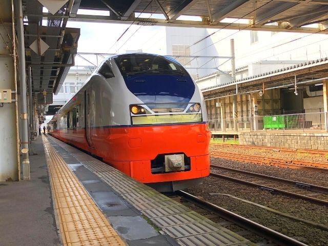 秋田駅に停車中の特急つがる