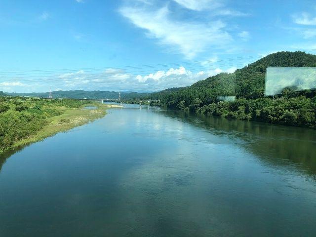 米代川を渡る特急つがる