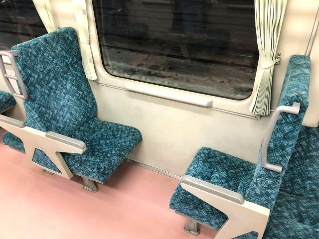 花輪線キハ110の2人掛けボックス座席