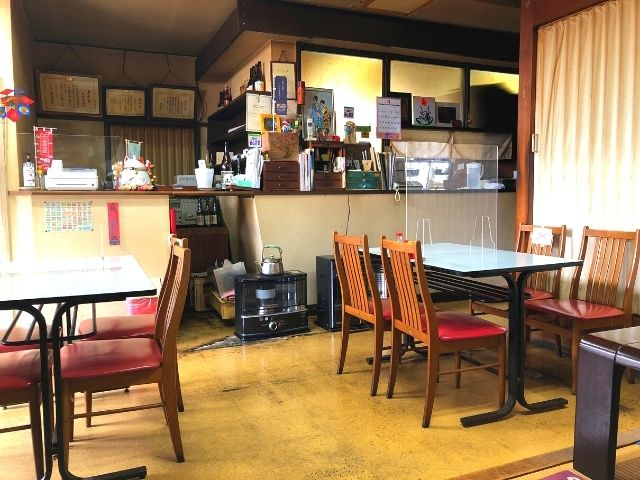 若松食堂のテーブル席