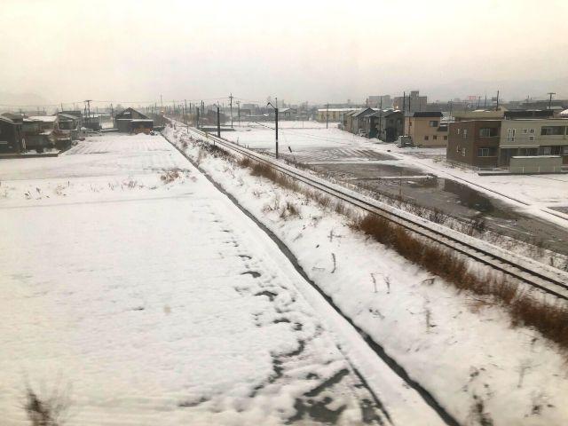 車窓から見える奥羽本線の線路