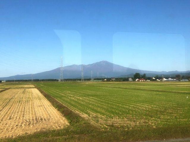 陸羽西線の車窓から見える鳥海山