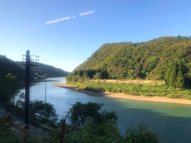 陸羽西線快速最上川の車窓から見える最上川の景色