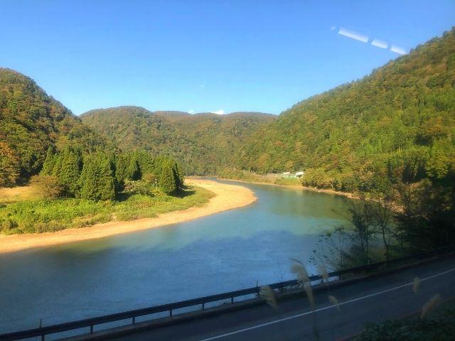 陸羽西線快速最上川の車窓から見える最上川