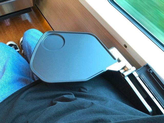リゾートあすなろの肘掛けに備え付けてあるミニテーブル