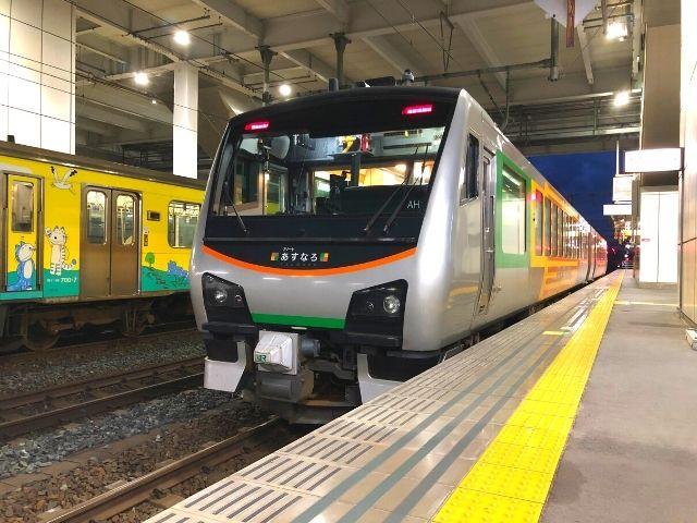 八戸駅に到着したリゾートあすなろ