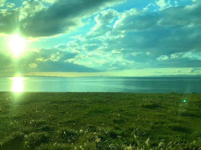 大湊線の車窓から見える陸奥湾