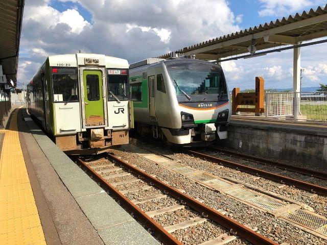 大湊駅に停車中の普通列車とリゾートあすなろ