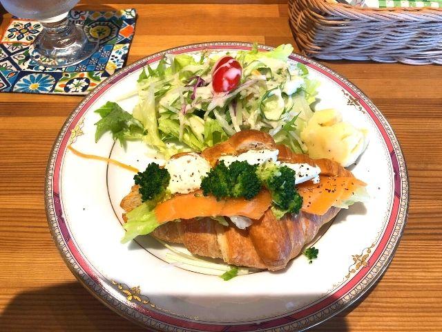 スモークサーモンとクリームチーズのクロワッサンサンド(サラダ付き)