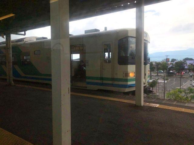 保原駅で槻木方面の列車と行き違い