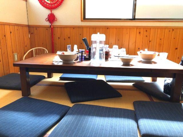 支那そばやまきのテーブル席