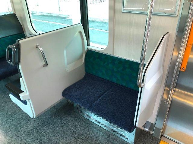 AB900系のドア付近の2人掛け座席